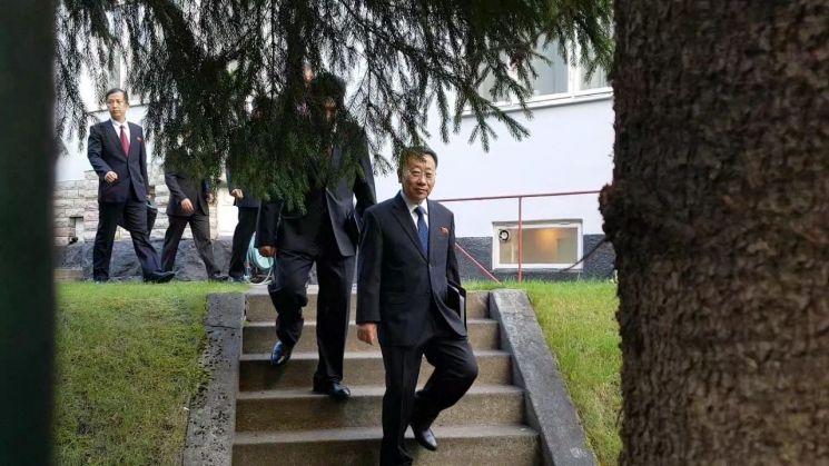 김명길 외무성 순회대사(사진 가운데) 등 북한 대표단이 5일(현지시간) 스웨덴 주재 북한대사관을 나서 인근 북미 실무협상장으로 향하고 있다./사진=공동취재단, 연합뉴스