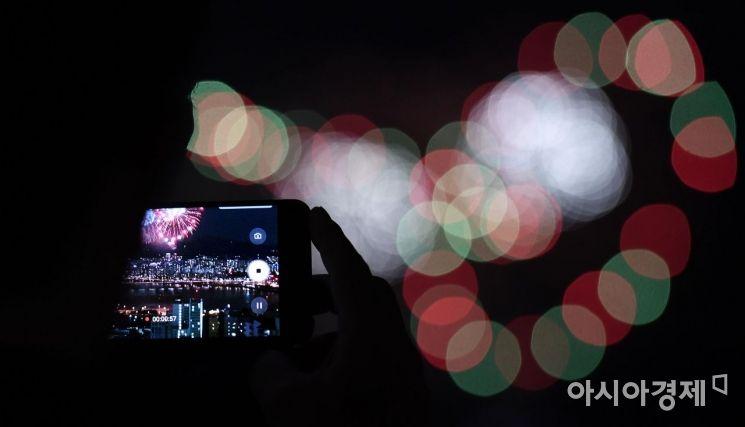 [포토] 불꽃축제 촬영하는 시민들