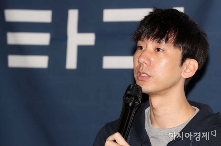 박재욱 VCNC 대표가 7일 서울 패스트파이브 성수점에서 열린 타다 1주년 미디어데이 행사에서 향후 운영계획을 발표하고 있다. 타다는 오는 2020년 말까지 서비스 차량 1만대를 확보, 서비스 지역을 전국으로 확대하는 한편 약 5만명의 드라이버에게 일자리를 창출할 계획이라고 밝혔다. /문호남 기자 munonam@