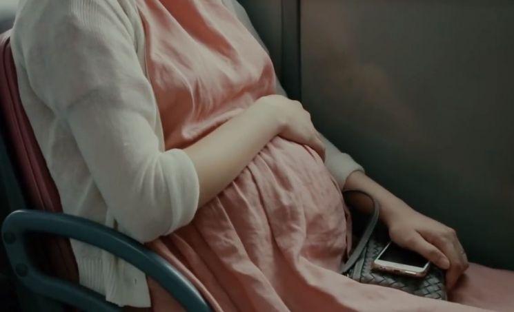 한국의 합계출산율은 0.98명으로 세계 꼴찌 수준입니다. 세계 출산율도 점점 낮아지고 있습니다. 원인은 무엇일까요? [사진=유튜브 화면캡처]