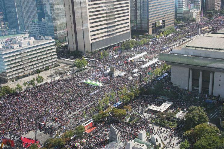 한글날인 9일 서울 광화문광장에서 보수단체들이 주도하는 '대한민국바로세우기 2차 국민대회'가 열려 많은 시민들이 참여해 있다. [이미지출처=연합뉴스]