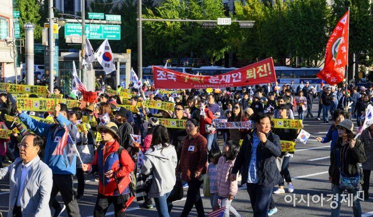 [포토]보수단체, 조국 장관 사퇴 촉구하며 행진