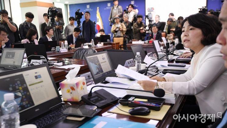 [포토] 서울대 총장에게 질의하는 전희경