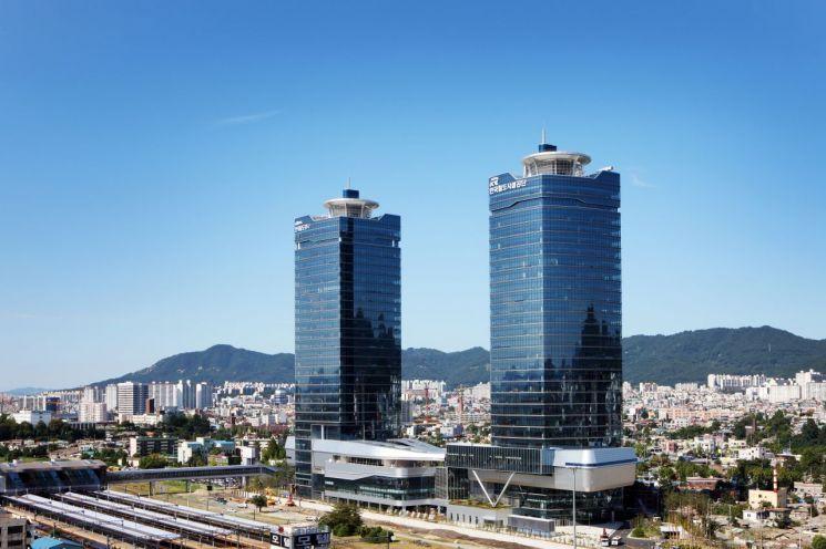 대전 동구 소재 철도공단(우) 및 한국철도(좌) 건물 전경사진. 한국철도시설공단 제공