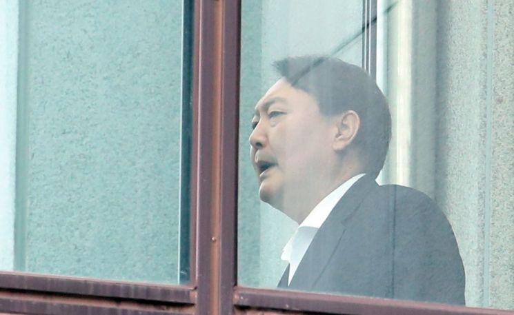 윤석열 검찰총장이 지난 10일 점심식사를 하기 위해 서울 서초동 대검찰청 구내식당으로 가고 있다. / 사진=연합뉴스
