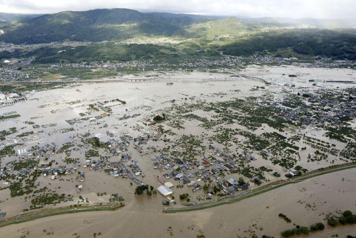 태풍 '하기비스'가 지나가면서 뿌린 폭우로 일본 나가노현 지쿠마강이 범람하면서 주변 마을이 물에 잠겨 있다. / 사진=연합뉴스