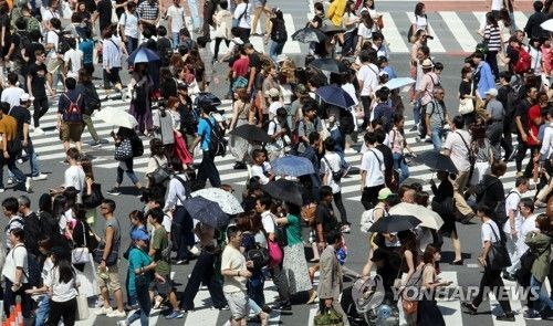 일본 도쿄도(東京都) 시부야(澁谷)구 시부야역 인근 교차로가 횡단보도를 건너는 인파로 붐비고 있다. / 사진=연합뉴스