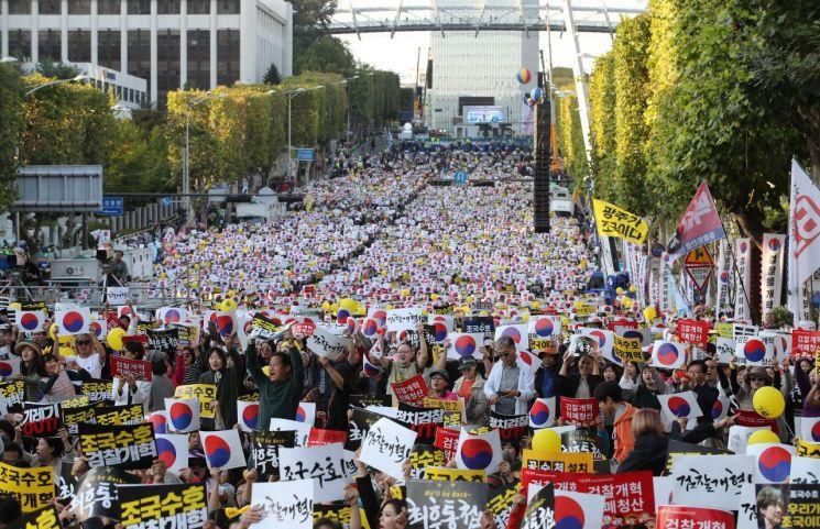 12일 오후 서울 서초구 반포대로에서 열린 '제9차 사법적폐 청산을 위한 검찰 개혁 촛불 문화제'에서 참가자들이 구호를 외치고 있다. [이미지출처=연합뉴스]