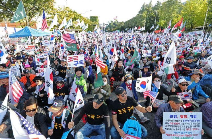 12일 오후 서울 서초구 강남성모병원 앞에서 열린 '문재인 퇴진ㆍ조국 구속 집회'에서 우리공화당 당원들이 구호를 외치고 있다. [이미지출처=연합뉴스]