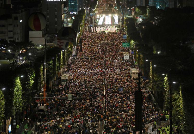 12일 오후 서울 서초구 반포대로에서 열린 '제9차 사법적폐 청산을 위한 검찰 개혁 촛불 문화제'에서 참가자들이 촛불을 들고 구호를 외치고 있다. [이미지출처=연합뉴스]