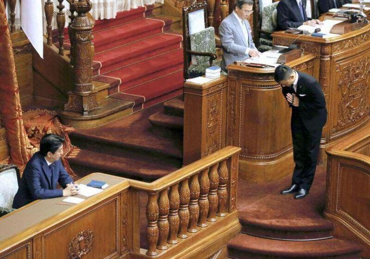 """2015년 '전쟁가능법안' 참의원 투표 당시 자민당과 아베 신조 총리를 향해 """"민주주의는 죽었다""""며 묵념하는 야마모토 타로 대표의 모습."""