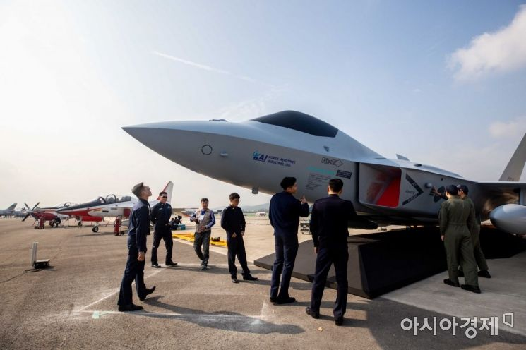 14일 경기 성남 서울공항에서 열린 '서울국제항공우주 및 방위산업 전시회 2019 미디어데이'에서 한국형 전투기인 KFX 모형이 공개되고 있다./성남=강진형 기자aymsdream@