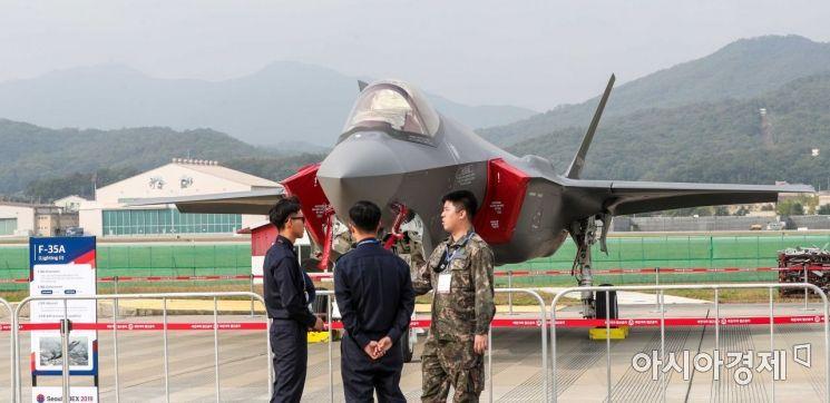 14일 경기 성남 서울공항에서 열린 '서울국제항공우주 및 방위산업 전시회 2019 미디어데이'에서 F-35A 스텔스 전투기가 공개되고 있다./성남=강진형 기자aymsdream@