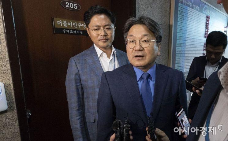 [포토] 조국 사퇴, 이해찬 대표 만난 강기정 수석