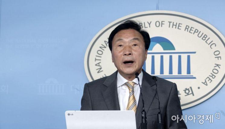 조국 법무부 장관이 전격 사퇴 의사를 밝힌 14일 손학규 바른미래당 대표가 입장을 밝히고 있다./윤동주 기자 doso7@
