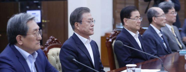 문재인 대통령이 14일 오후 청와대에서 열린 수석·보좌관 회의에서 굳은 표정으로 앉아 있다.  사진=연합뉴스