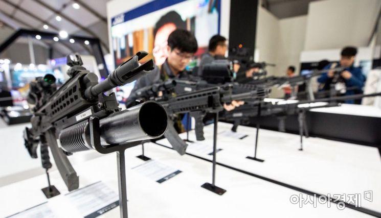 [포토]소총 체험하는 참가자들