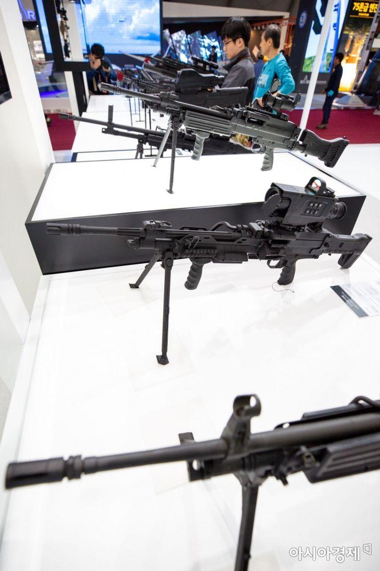 14일 경기 성남 서울공항에서 열린 '서울국제항공우주 및 방위산업 전시회 2019'에서 참가자들이 STC-16 기관단총을 비롯한 소총을 체험하고 있다./성남=강진형 기자aymsdream@