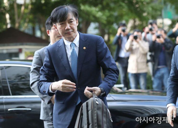 취임 35일 만에 전격 사의를 표명한 조국 법무부 장관이 14일 서울 서초구 자택으로 들어서고 있다./김현민 기자 kimhyun81@