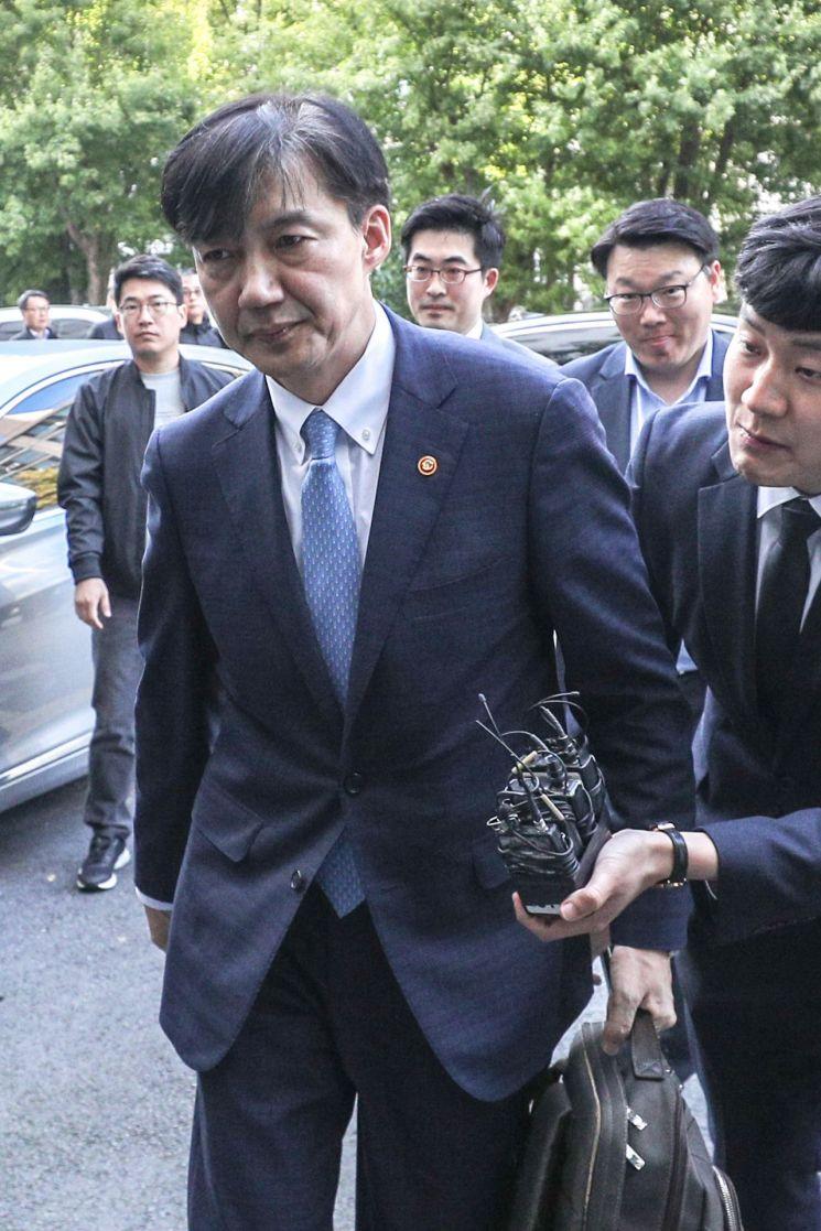 전격적으로 사의를 표명한 조국 법무부 장관이 14일 오후 방배동 자택으로 들어가고 있다.  사진=연합뉴스