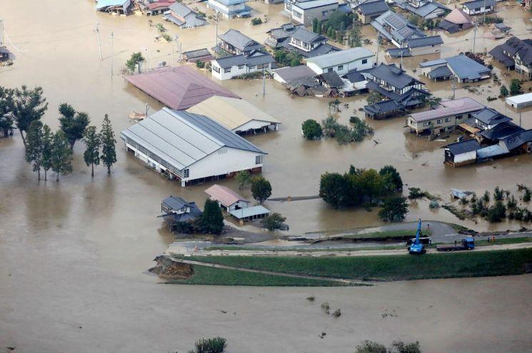 지난 10월 제19호 태풍 하기비스로 인해 침수된 일본 나가노시의 가옥들 모습(사진=AFP연합뉴스)