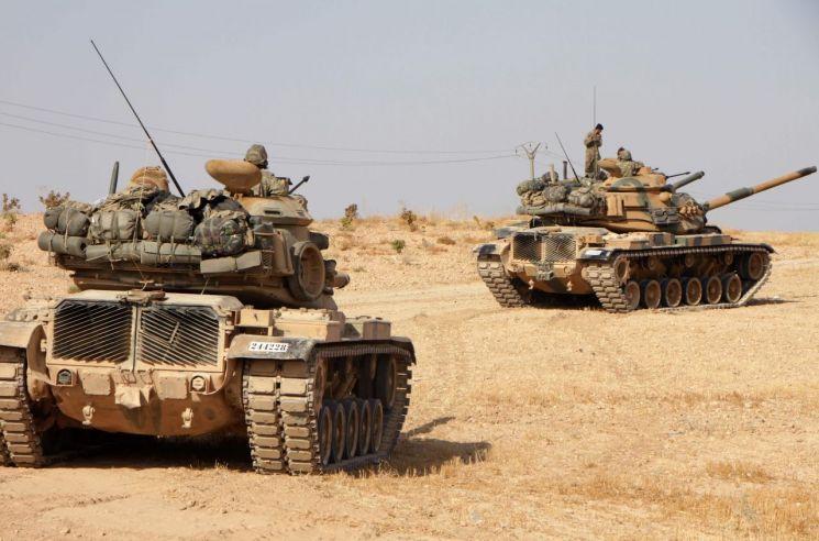 시리아 내 쿠르드족 퇴치에 나선 터키군이 14일(현지시간) 미국산 M60 탱크를 앞세우고 시리아 북부 만비즈의 투카르 마을을 지나고 있다.<이미지출처:연합뉴스>