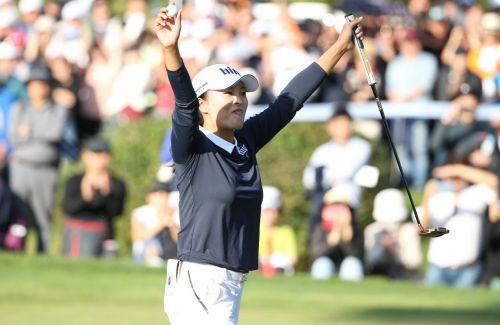 고진영이 하이트진로챔피언십 우승 퍼팅을 넣은 뒤 환호하고 있다.
