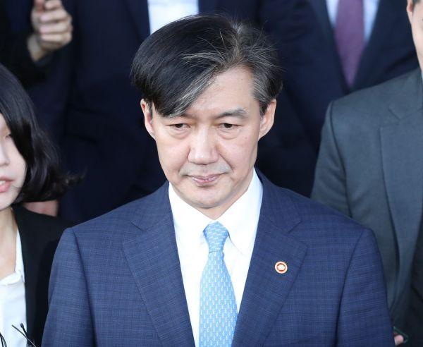 전격적으로 사의를 밝힌 조국 법무부 장관이 14일 오후 정부과천청사 법무부를 나서고 있다./사진=연합뉴스