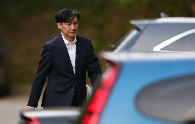 전격적으로 사의를 밝힌 조국(54) 법무부 장관이 14일 오후 방배동 자택을 나서고 있다/사진=연합뉴스