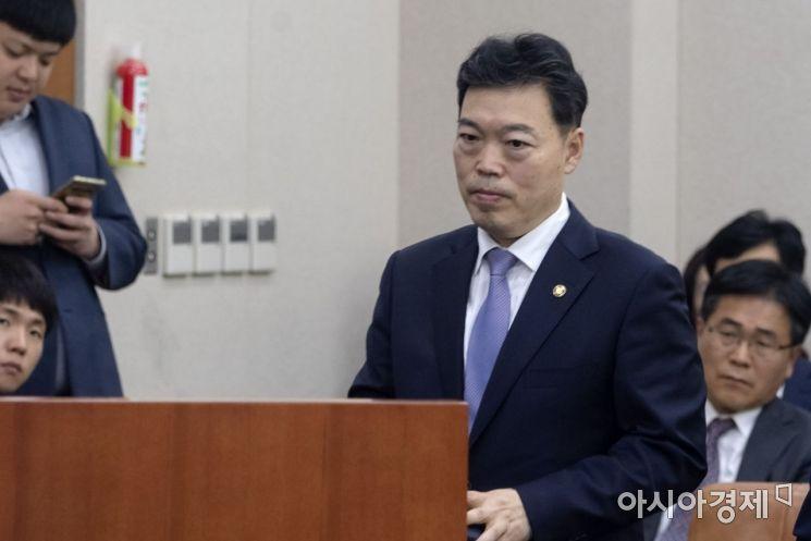 김오수 법무부 차관이 15일 국회에서 열린 법사위원회에 법무부 등에 대한 국정감사에 증인으로 출석, 증인선서를 하기 위해 단상으로 나가고 있다./윤동주 기자 doso7@