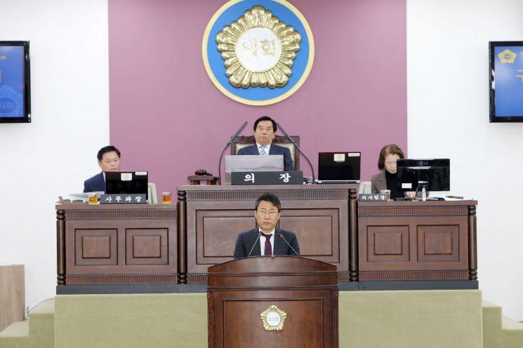 서양호 중구청장(아래)이 15일 중구의회 본회의에 참석, 의원들의 질의에 답변했다.