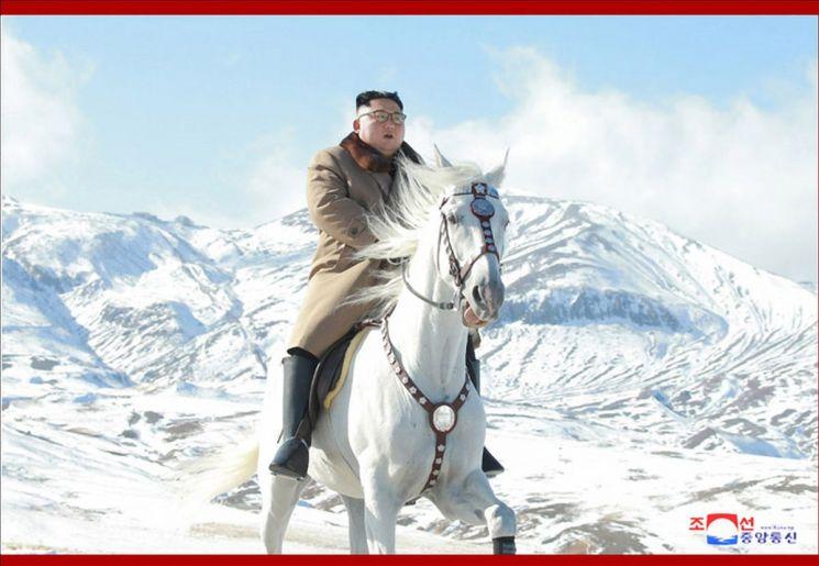 김정은 북한 국무위원장이 백마를 타고 백두산에 올랐다고 조선중앙통신이 16일 보도했다. 김 위원장은 백두산 입구에 자리잡은 삼지연군 건설현장도 현지지도했다. 사진은 백마를 탄 김 위원장.