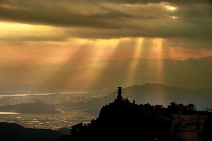 달성 비슬산은 봄날 참꽃군락지로 유명하지만 절벽 너럭바위 끝자락에 서 있는 대견사지 삼층석탑에서 바라본 풍경은 긴장과 장엄함에 가슴이 저릿하다.