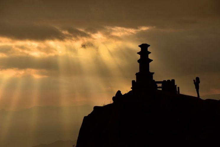 [조용준의 여행만리]벼랑끝 천년을 지킨 석탑, 하늘빛이 내려오다