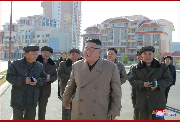 김정은 북한 국무위원장이 양강도 삼지연군 건설 현장을 시찰했다고 조선중앙통신이 16일 보도했다. 김 위원장이 당 간부들과 건설 현장을 둘러보고 있다.