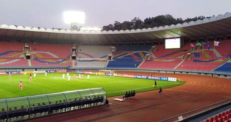 파울루 벤투 감독이 이끄는 한국 축구 대표팀이 15일 오후 5시 30분부터 평양 김일성경기장(5만명 수용)에서 북한과 2022년 카타르 월드컵 아시아지역 2차 예선 H조 3차전을 치르고 있다.