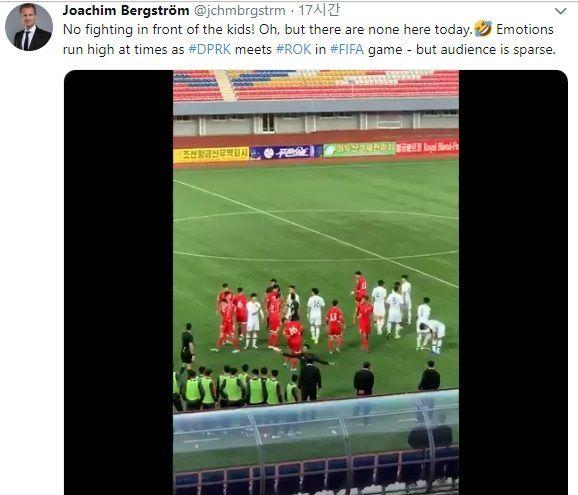 북한 주재 요하임 베리스트룀 스웨덴 대사가 15일 오후 평양에서 열린 우리 축구대표팀과 북한의 카타르 월드컵 2차예선 경기를 관람하며 찍은 두 팀 선수간 충돌 영상을 트위터에 공개했다.[사진=요하임 베리스트룀 스웨덴 대사 트위터 캡처]