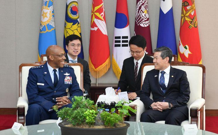 정경두 국방부 장관과 찰스 브라운 미국 태평양공군사령관이 16일 서울 용산 국방부에서 만나 이야기를 나누고 있다. (사진=국방부)