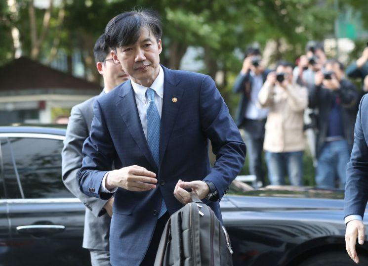 전격적으로 사의를 밝힌 조국 법무부 장관이 지난 14일 오후 법무부 관계자로부터 가방을 받아들고 방배동 자택으로 들어가고 있다/사진=연합뉴스
