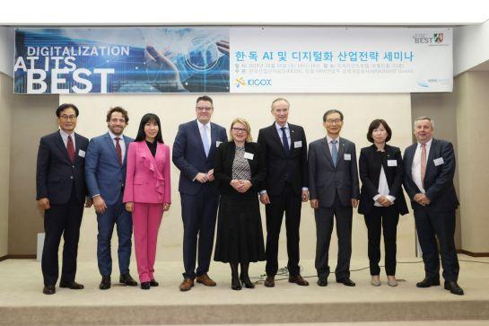 16일 서울 프레지던트호텔에서 열린 '한독 AIㆍ디지털화 산업전략' 세미나에 참석한 양국 관계자들이 기념촬영을 하고 있다.