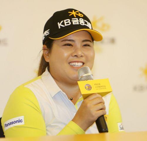 박인비가 KB금융스타챔피언십을 하루 앞두고 열린 기자회견에서 인터뷰를 하고 있다.