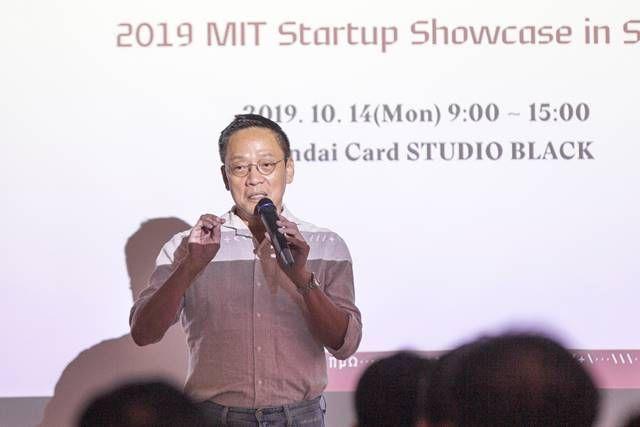 정태영 현대카드 부회장이 지난 14일 서울 서초구 현대카드 스튜디오 블랙에서 열린 MIT 스타트업 쇼케이스에서 참석자들에게 인사하고 있다. 사진=현대카드