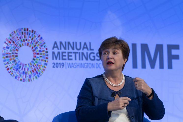 """크리스탈리나 게오르기에바 국제통화기금(IMF) 총재가 16일(현지시간) 미국 워싱턴DC에서 열린 IMFㆍ세계은행(WB) 연차총회에 참석해 발언하고 있다. 그는 """"저금리가 지속되면 고수익을 추구하는 현상을 부추기게 된다""""고 진단했다. [이미지출처=EPA연합뉴스]"""