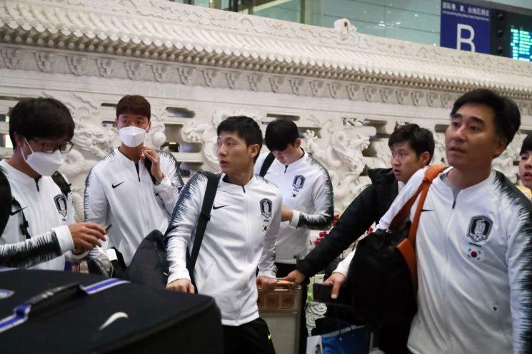 29년 만에 '평양 원정'에 나섰던 축구 대표팀이 16일 오후 귀국을 위해 경유지인 베이징(北京)에 도착해 서우두 공항 입국장에 있다.[이미지출처=연합뉴스]