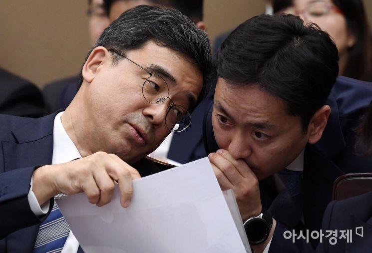 [포토] 실무자와 대화하는 대검 형사부장