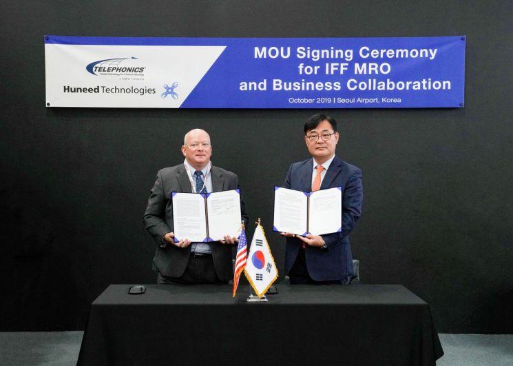이봉근 휴니드 영업본부장(오른쪽)과 텔레포닉스 제임스 피트 부사장이 16일 피아실벽장비(IFF) MRO 사업협력을 위한 양해각서(MOU)를 체결한 후 기념촬영을 하고 있다. (사진=휴니드)