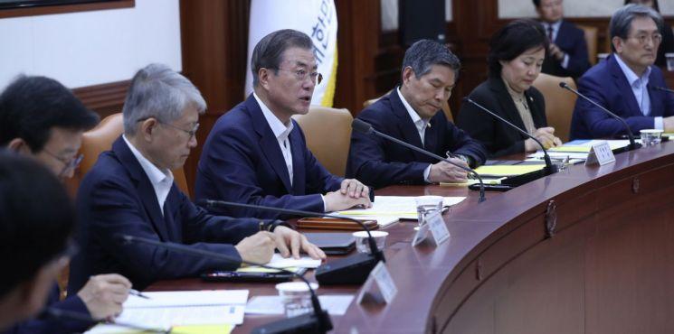 문재인 대통령이 17일 정부서울청사에서 경제장관회의를 주재하고 있다.  사진=연합뉴스
