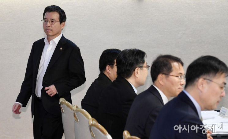 [포토] 회의장 들어서는 김용범 차관