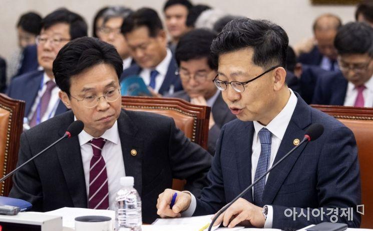 [포토] 의견 나누는 김현수 장관·이재욱 차관