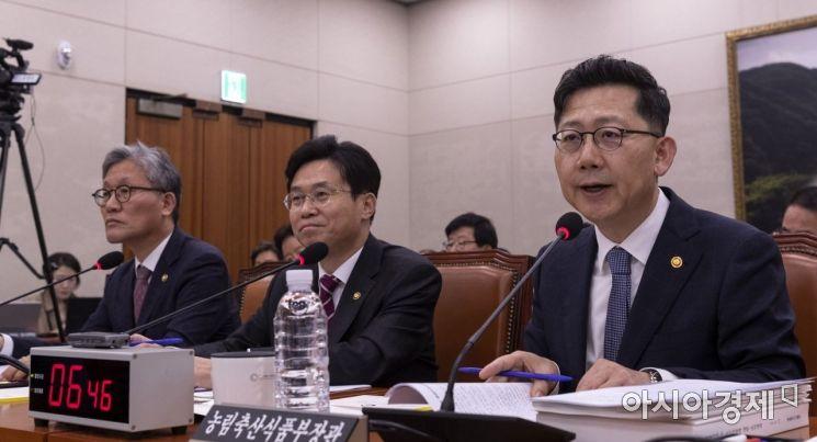 [포토] 질의에 답변하는 김현수 장관